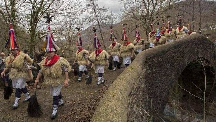 """Die """"Joaldunak"""" unterwegs am Montag im spanischen Baskenland."""
