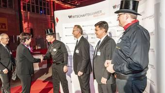 Am Neujahrsempfang der Wirtschaftskammer werden die Regierungsräte Thomas Weber und Monica Gschwind von Verbandspräsident Andreas Schneider, Direktor Christoph Buser und zwei Glück bringenden Kaminfegern begrüsst.