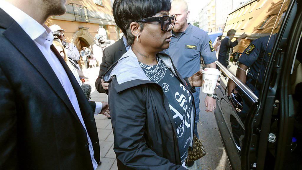 Zum Prozess angereist: Renee Black, die Mutter von Asap Rocky, verlässt das Bezirksgericht in Stockholm.