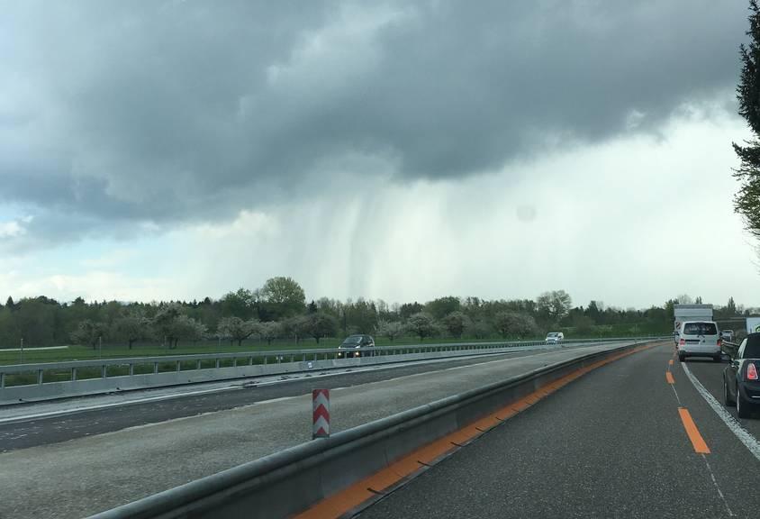 Diese Windhose wurde am Mittwochmittag im Rheintal gesichtet.