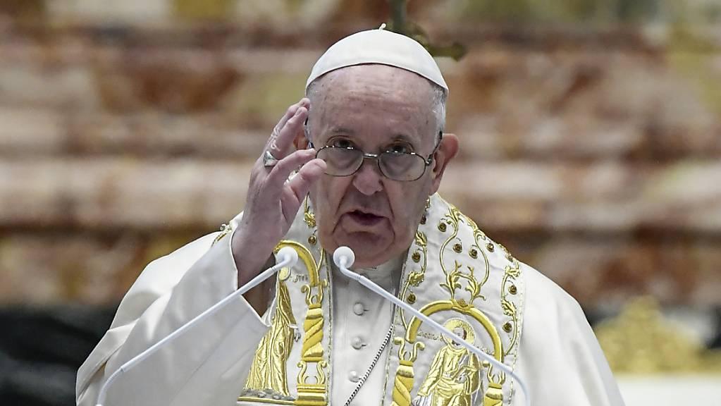 Papst Franziskus spricht den Segen «Urbi et Orbi» nach der Ostermesse im Petersdom. Foto: Filippo Monteforte/POOL AFP/AP/dpa