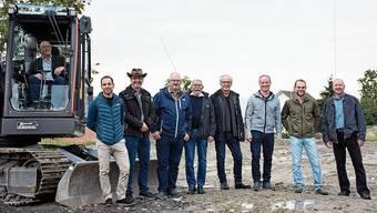Gemeindeammann Albert Betschart (im Bagger) und die Baukommission.
