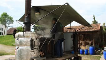 Die mobile Kundenbrennerei von Remo Germann wurde vor über 100 Jahren gebaut. Hier brennt er Schnaps in Niederwil.