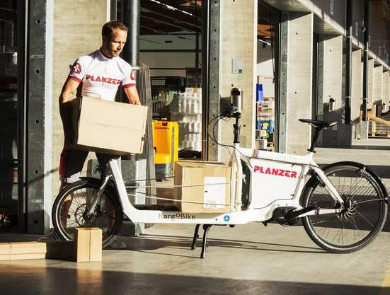 Die Tragfläche kann ein Gewicht von etwa 110 Kilogramm transportieren.