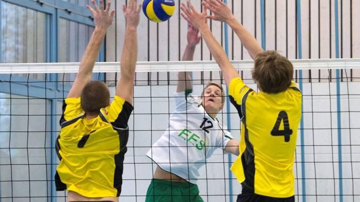 Raphael Scheidegger (M.)  versucht den Ball über den Block zu spielen.