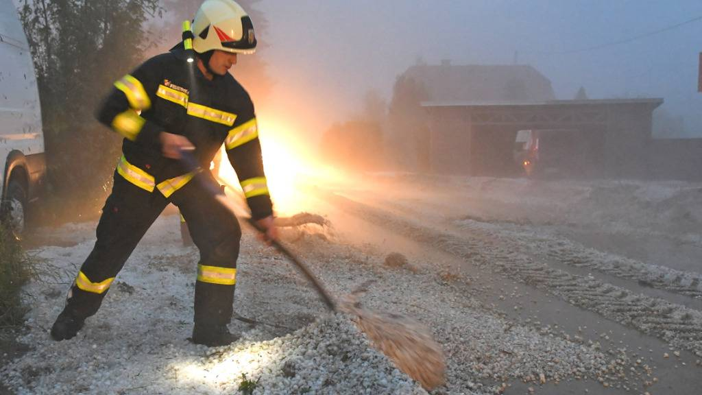 Unwetter mit großen Hagelkörnern sorgen für schwere Schäden an zahlreichen Gebäuden und Autos. Foto: Wolfgang Spitzbart/APA/dpa Foto: Wolfgang Spitzbart/APA/dpa