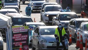 Autos stehen Schlange vor einem Coronavirus-Testzentrum. Die Gesundheitsbehörden in Neuseeland bemühen sich, die Quelle eines neuen Ausbruchs des Coronavirus ausfindig zu machen. Die größte Stadt des Landes ist erneut abgeriegelt worden. Foto: Dean Purcel/NZ HERALD/AP/dpa