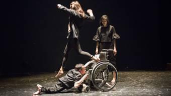 Fremd und doch so nah: Luciana Croatto, Kihako Narisawa und Erwin Aljukic brechen in «Strano» Regeln und entwerfen neue.
