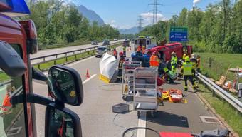"""Die St. Galler Kantonspolizei hat während einer Unfallübung auf der A13 eine """"Gaffer-Kontrolle"""" durchgeführt: Autolenker, die am Steuer das Handy zückten und Fotos machten, wurden angezeigt."""