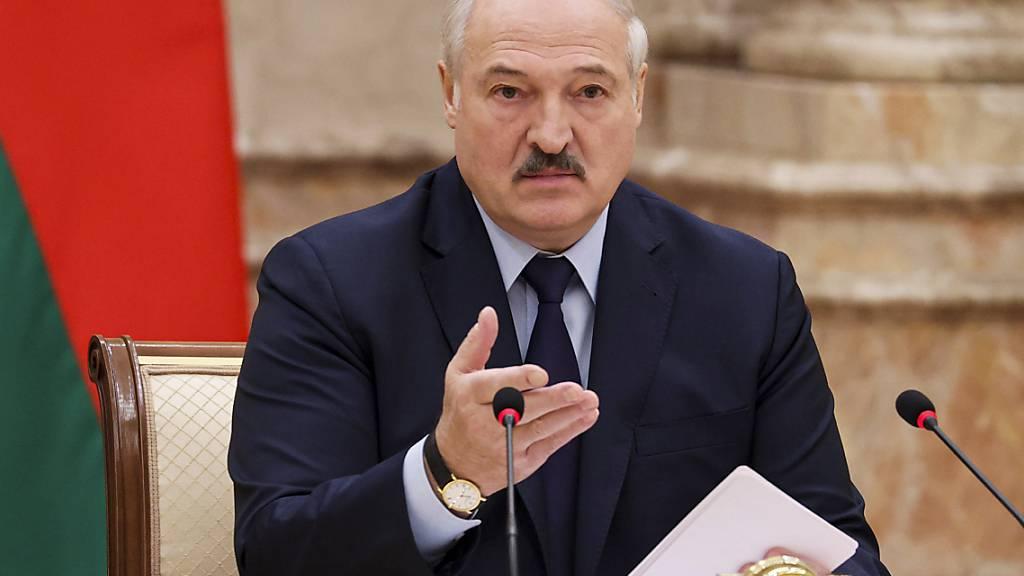 Alexander Lukaschenko, Präsident von Belarus,   kündigte für Februar 2022 ein Referendum über eine neue Verfassung an und verkündete, die Opposition nicht an die Macht kommen zu lassen. Foto: Maxim Guchek/BelTA Pool/AP/dpa