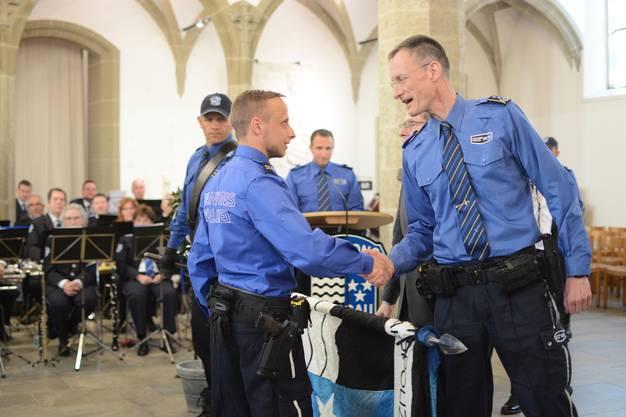 Leupold heisst einen Polizeischul-Absolventen im Korps willkommen.