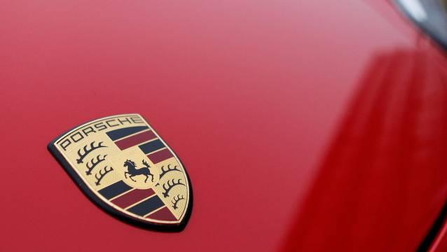 Ein Porschefahrer muss wegen seines Fehlverhaltens im Strassenverkehr eine Busse zahlen. (Symbolbild)