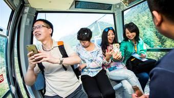 Um sie werde mit unverhältnismässig tiefen Preisen gekämpft: Touristen aus China auf der Fahrt aufs Kleine Matterhorn Stefan Bohrer/Keystone