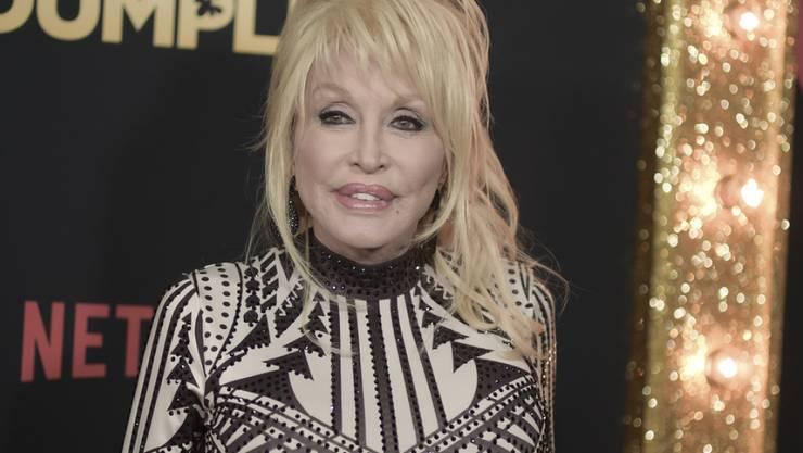Countrysängerin Dolly Parton ist nach eigenen Angaben nicht als Schönheit geboren - deshalb nehme sie die Mittel der Plastischen Chirurgie gerne in Anspruch. (Archivbild)