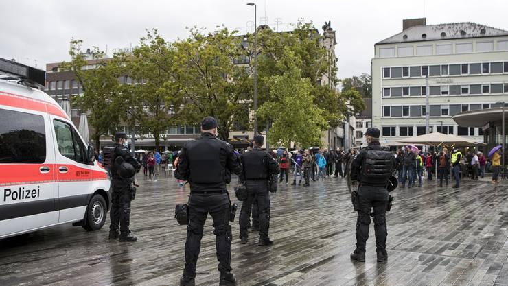 Gegner der Coronamassnahmen versammeln sich am Samstagmittag auf dem Sechseläutenplatz in Zürich. Die Stadtpolizei löst die Demo auf.