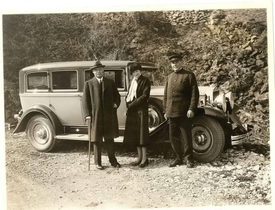 Sidney und Jenny Brown mit ihrem privaten Chauffeur und ihrem Wagen, vermutlich im französischen Gien, um 1935.