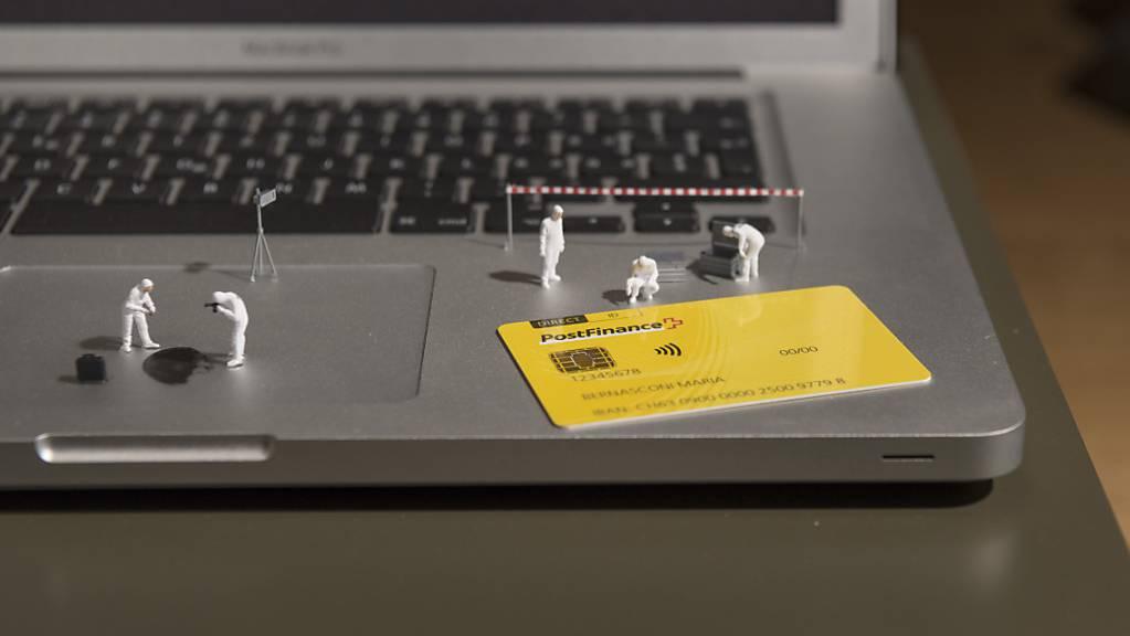 Mit der Debitkarte der Postfinance können ab Mitte August Einkäufe bis 100 Franken am Zahlterminal kontaktlos beglichen werden. Die Postfinance erhöht den Betrag fürs Bezahlen ohne PIN von 80 auf 100 Franken.(Symbolbild)