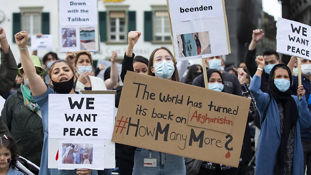 «Nieder mit den Taliban» und «Wir wollen Frieden», forderten Kundgebungsteilnehmerinnen am Montag an der Demo in Bern.