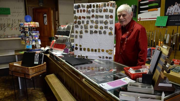 Messerschmied Romano Chiecchi in seinem Laden in der Altstadt. Als Lehrling in den 50er-Jahren ist er noch selber beim Fasnachtsumzug mitgelaufen.