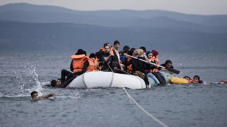 Pro Tag erreichen Dutzende von Schlauchbooten mit Tausenden von Flüchtlingen Lesbos