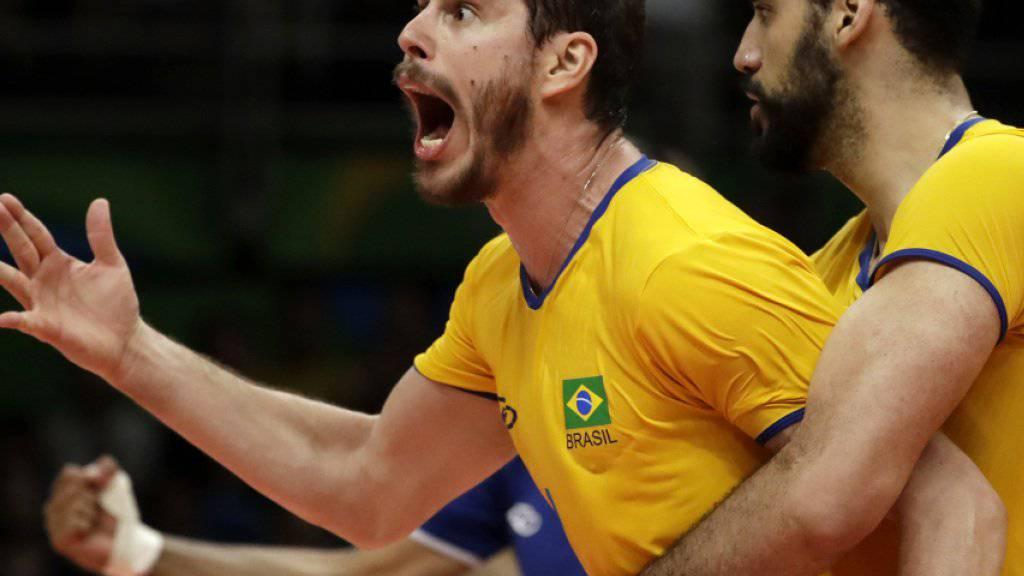 Überragender Regisseur: Brasiliens Passeur Bruno Rezende feiert mit Teamkollege Mauricio Borges Almeida Silva den Einzug in den Olympiafinal