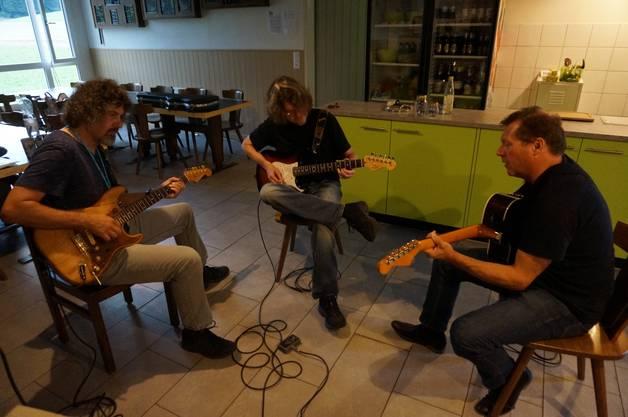 Gitarrist und Workshopleiter Patrik Schneider (ganz links) zeigte den Teilnehmern ein paar Finessen auf der Gitarre die vielen nicht auffallen würden.