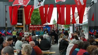 1. mai in dietikon Die Feier auf dem Kirchplatz wurde gut besucht, der Chor «Kultur und Volk» sang, die SP-Nationalrätin Hildegard Fässler sprach. (Bild: dvk)