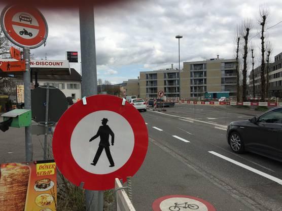 Mindestens 18 solcher Verbotstafeln: Die Strassenbaustelle ist auch eine Fussgänger-Hölle – mit langen Umwegen.