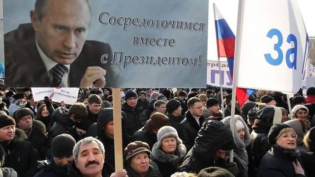 Menschen bei einer Kundgebung für Putin in St. Petersburg