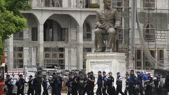Polizisten vor dem mazedonischen Parlament. Nach dem Gewaltausbruch im Parlamentsgebäude gab es nun erste Festnahmen.