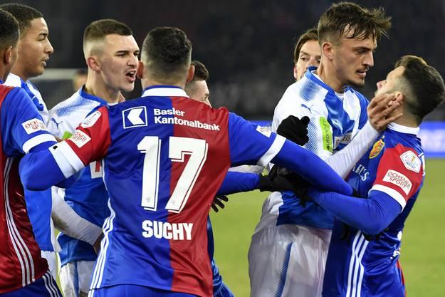 19. Spieltag: Zum Abschluss des Jahres gewinnt der FCB mit 2:0 bei GC. Renato Steffen und Albion Qoallaku kommen sich dabei in die Haare und sehen beide Gelb.