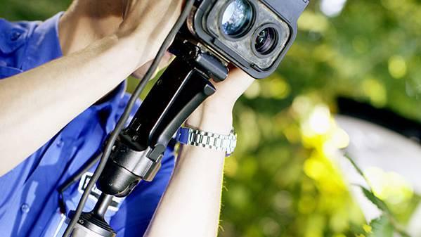 Bei einer Geschwindigkeitskontrolle fuhr ein 48-Jähriger so schnell, dass ihm die Kantonspolizei auf der Stelle den Führerausweis entzog und sein Auto beschlagnahmte. (Symbolbild)