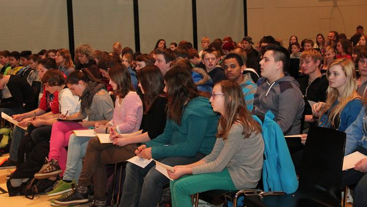 Die 200 Schüler der Oberstufe Reitnau/Staffelbach mussten am Referat über Suchtmittel teilnehmen und machten sich eifrig Notizen.ZH