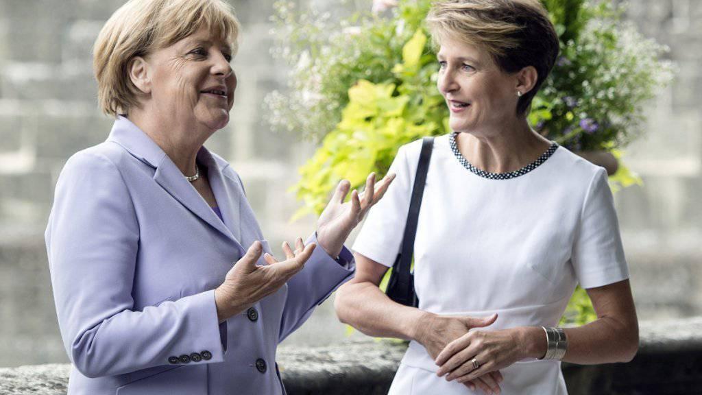 Die deutsche Kanzlerin Angela Merkel im Gespräch mit Bundespräsidentin Simonetta Sommaruga.