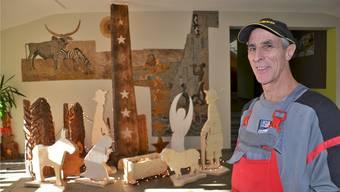Schulhausabwart Pius Wietlisbach liebt es, «sein» Schulhaus Hübel weihnachtlich zu schmücken. Christian Breitschmid