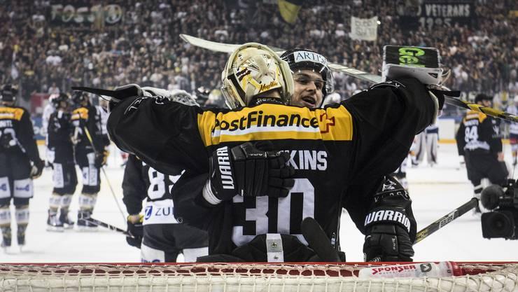 Luganos Goalie Elvis Merzlikins feiert den Sieg mit Mitspieler Gregory Hofmann.