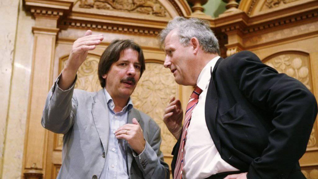 Die Ständeräte Paul Rechsteiner (l./SG) und Hans Stöckli (r./BE) sind schon lange politische Weggefährten. Hier ein Bild aus dem Nationalrat aus dem Jahr 2007. Sie und auch Roberto Zanetti (SO) wurden am Sonntag wieder in den Ständerat gewählt. (Archiv)