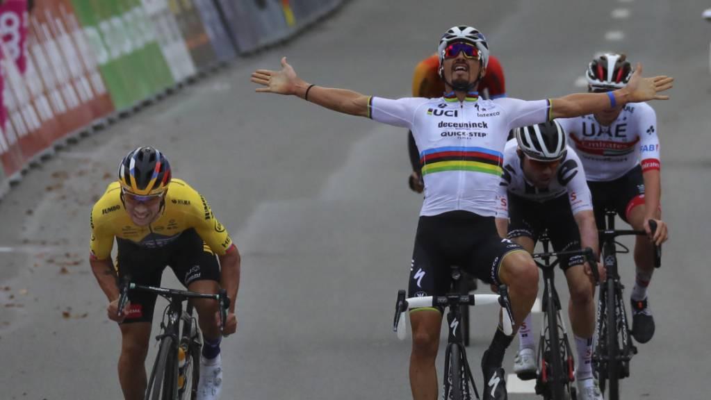 Primoz Roglic (links) überspurtet Weltmeister Julian Alaphilippe, der zu früh zum Jubel ansetzte. Dahinter überquert Marc Hirschi die Ziellinie als Dritter. Der Schweizer wird nach der Rückversetzung von Alaphilippe aber als Zweiter gewertet.