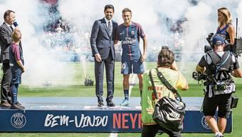 PSG-Präsident Nasser Al-Khelaifi (im Bild mit Superstar Neymar) wird bald vor dem Bundesstrafgericht in Bellinzona angeklagt – doch es ist möglich, dass der Staatsanwalt des Bundes befangen ist, weil er mit einer Uefa-Frau verheiratet ist.