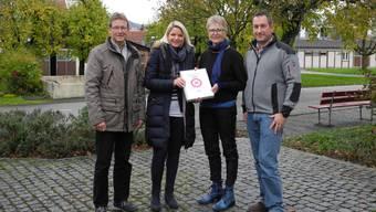Hannes Erb und Melanie Jenni (v.l.) übergeben die Petition mit 571 Unterschriften für die Einführung von Tempo 30 an Gemeindeammann Regine Leutwyler und Vizeammann Georg Schmid.