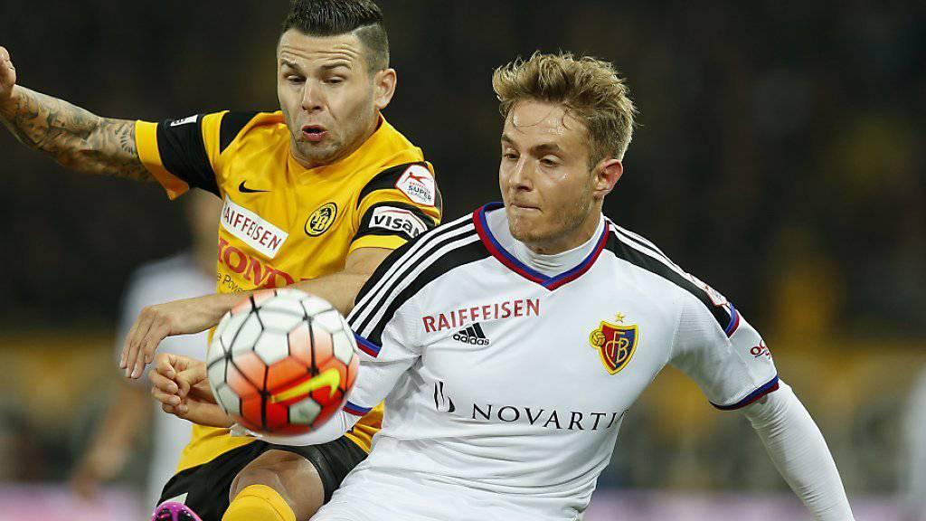 Daniel Hoegh (hier im Zweikampf mit Renato Steffen von YB) wird dem FC Basel vier bis sechs Wochen fehlen