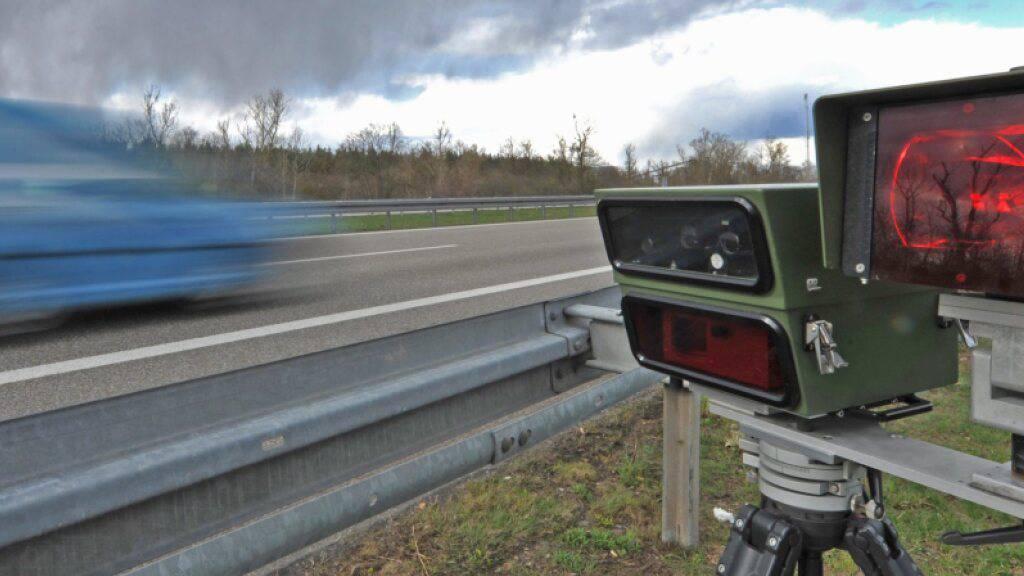 Mit Tempo 210 ist ein 21-jähriger Autofahrer am Freitagabend auf der Autobahn A1 im Kanton Freiburg von einem Radar geblitzt worden. (Archivbild)