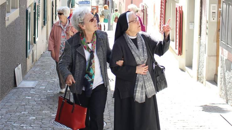 Der Frauenstadtrundgang führte durch die engen Gässchen der Zürcher Altstadt.  Julia Wartmann