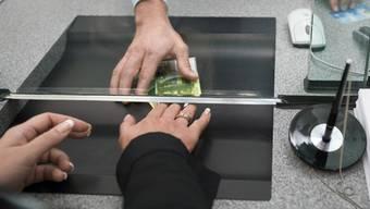Wer Geld auf sein Sparkonto einzahlt erhält immer weniger Zinsen.