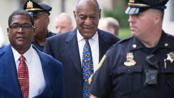 Der 81-jährige US-Entertainer Bill Cosby (Mitte) ist am Montag erstmals seit dem Schulspruch wegen sexueller Nötigung in drei Fällen vor Gericht erschienen.