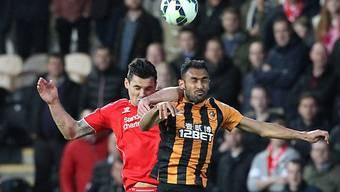 Kopfball-Duell zwischen Liverpools Lovren (l.) und Hulls Elmohamady