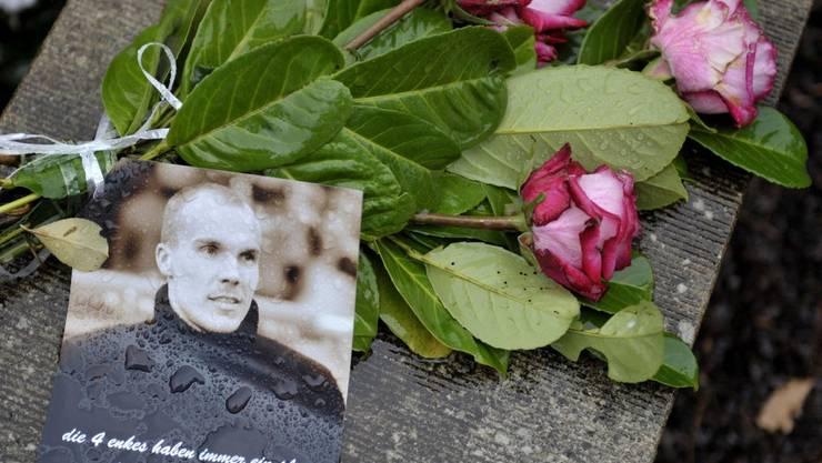 Blumen für Robert Enke.