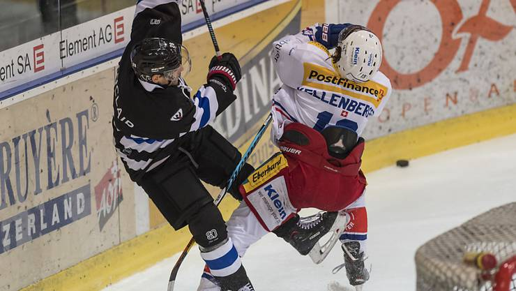 Harter Zweikampf zwischen Fribourgs Tristan Vauclair (l.) und Klotens Steve Kellenberger