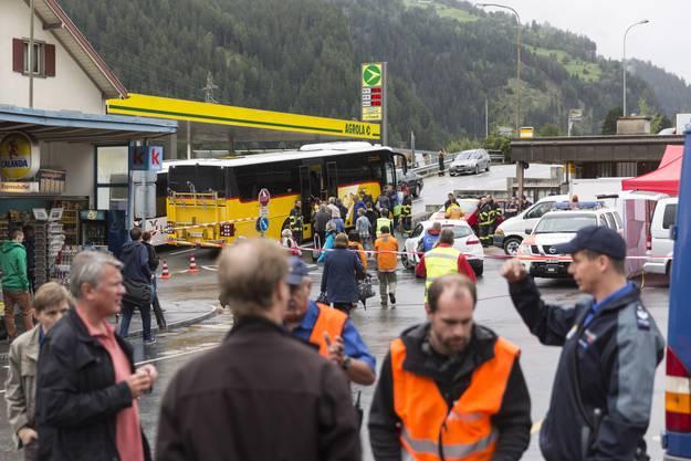 Reisende des Unglückzugs besteigen nach ihrer Bergung ein Postauto für den Weitertransport im Bahnhof in Tiefencastel