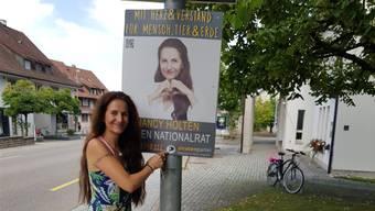 Die Plakate im Gipf-Oberfrick (hier beim Gemeindehaus) musste Nancy Holten schon dreimal ersetzen. Bild: zvg